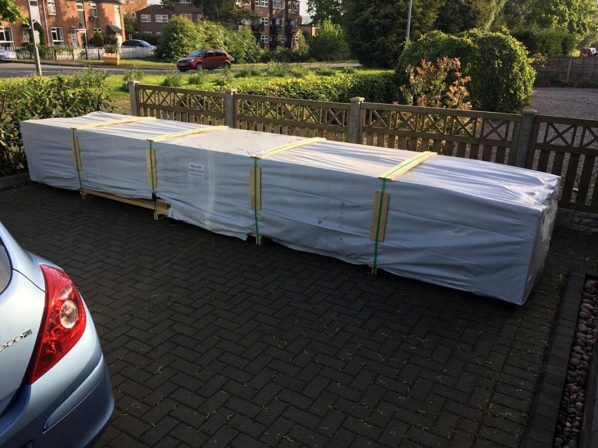 Lagerung der Lieferpakete auf unebenem Boden oder Rasen